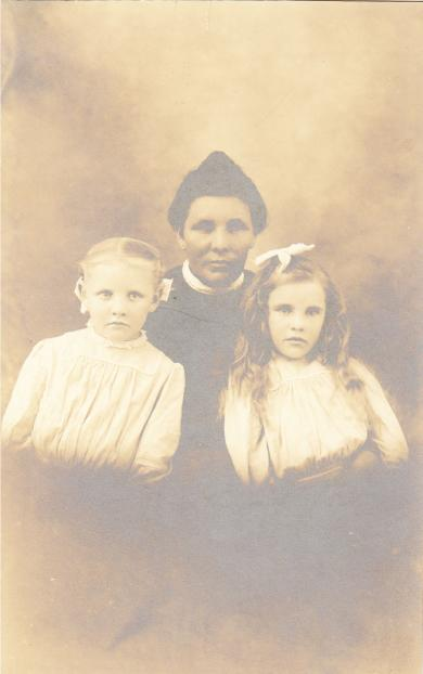 Katrina Scott with her daughters, c.1910