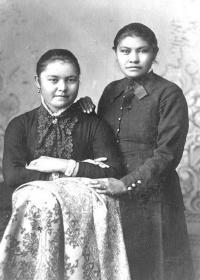 Antoinette Williams and Nellie Carey [version 2], c.1882