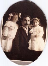 Thomas Hanbury with children, c.1908