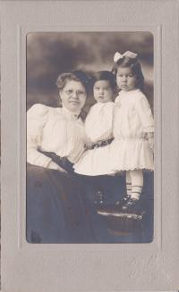 Emma Eversman Wheelock and children, c.1910